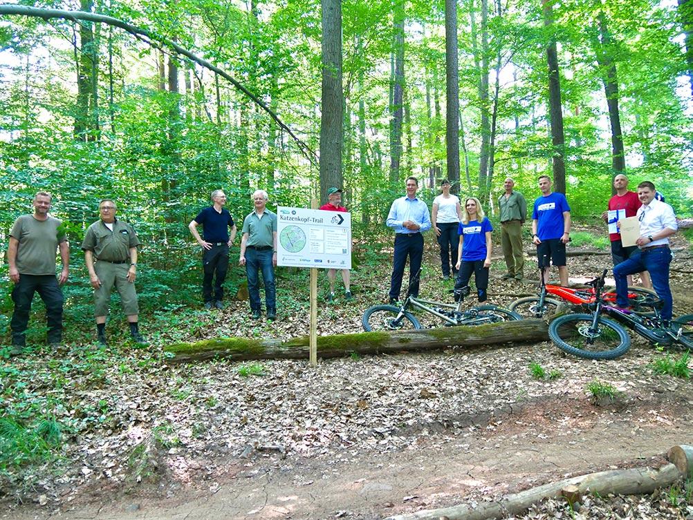 Vertreter aus Naturschutz, Jagd, Wandern, Mountainbiken und Kommunalpolitik eröffnen gemeinsam den Katzenkopf-Trail in Kernen